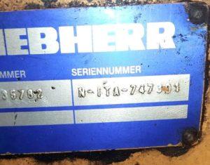 синяя табличка на мосте погрузчика Либхерр
